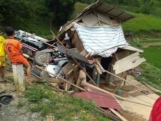 Lạng Sơn: Xe tải mất lái đâm sập nhà dân, 1 người bị thương2