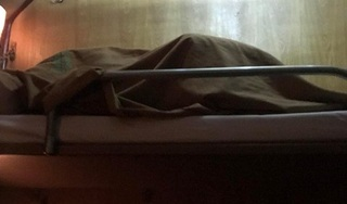 Đôi bạn trẻ diễn 'cảnh nóng' khi đi tàu hỏa khiến người phía dưới chỉ sợ sập giường