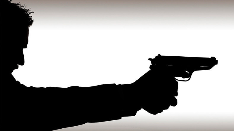 Thanh niên rút súng bắn bạn rồi lại dùng dao đâm người yêu