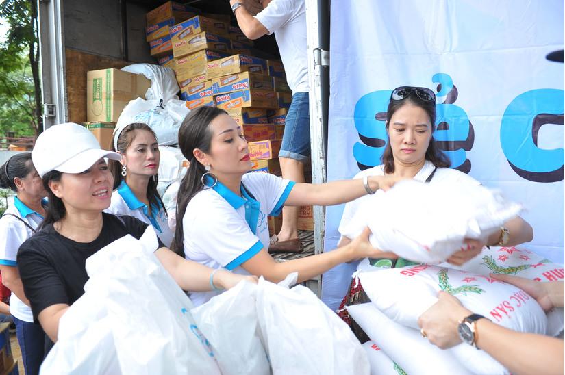 Tân Hoa hậu Vũ Thị Loan cùng ca sĩ Nguyên Vũ thực hiện hành trình Hướng về Hà Giang