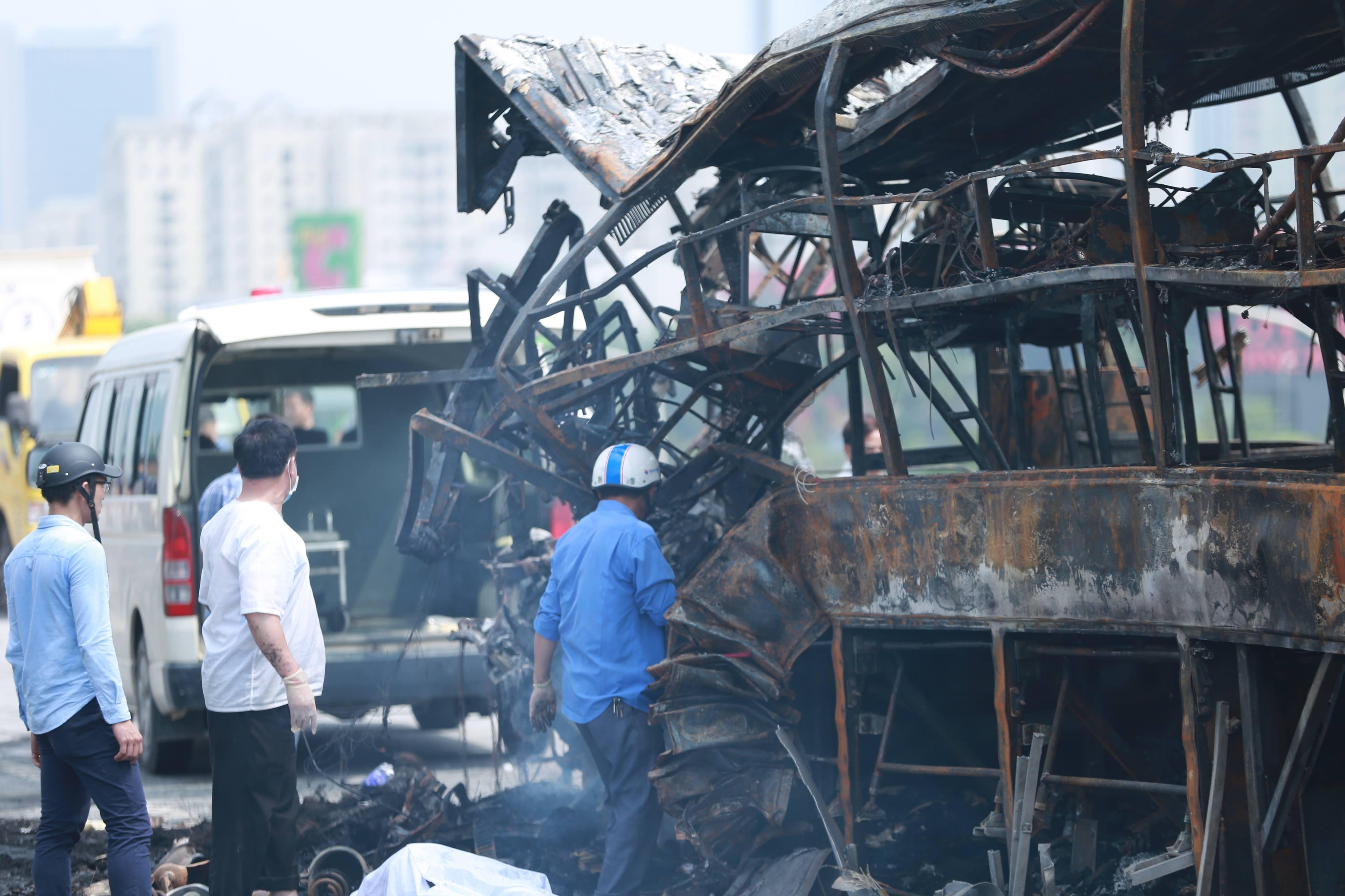 Chiếc xe khách bị cháy trơ khung