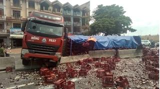 Thanh Hóa: Container nổ lốp tông vào dải phân cách, hàng nghìn chai bia phủ kín đường