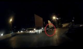 'Rùng mình' với clip tài xế container rẽ cua mà không biết dưới bánh xe có 2 người