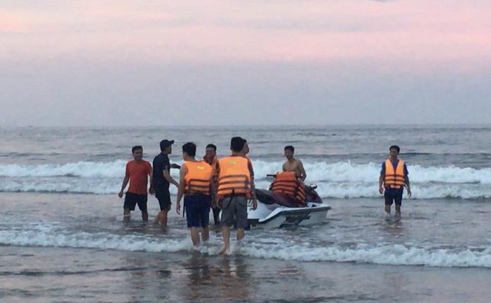 Thanh Hóa: 4 người bị sóng cuốn trôi khi tắm biển Hải Hòa