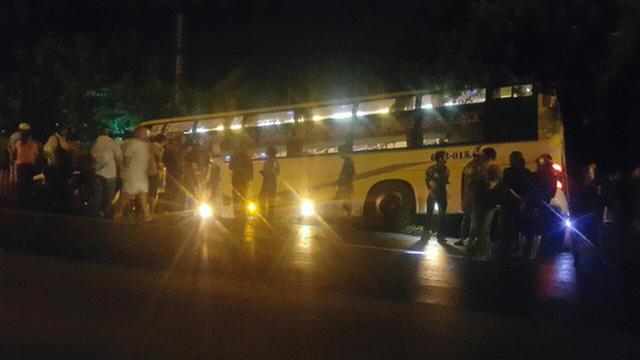 Tai nạn xe khách giường nằm ở Long An, 3 người một nhà bị nạn