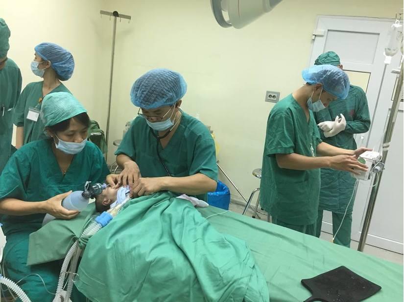 Phẫu thuật cứu bé sinh non bị thoát vị bẹn 2