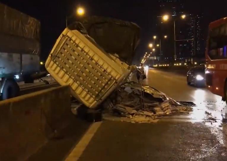 Hà Nội: Xe tải chở gạch đổ gục cabin sau khi đâm vào giải phân cách