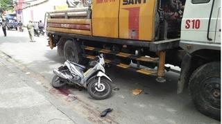 Tài xế Grabbike mắc kẹt dưới bánh xe tải, sức khỏe nguy kịch