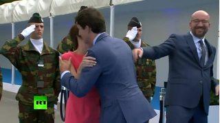 Thủ tướng Canada gây sốt khi phớt lờ Thủ tướng Bỉ để ôm hôn phu nhân