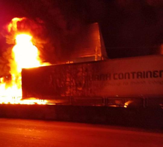 Container bốc cháy dữ dội, tài xế mở cửa thoát chết thần kỳ