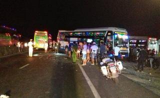 Đang lùi, xe khách hứng trọn cú tông liên hoàn làm 2 người chết