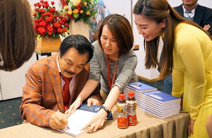 """CEO Tân Hiệp Phát trân trọng ký sách """"Chuyện nhà Dr. Thanh"""" đề tặng bạn đọc."""