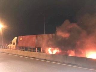 Xe khách 16 chỗ phát nổ, cháy bừng bừng sau cú tông vào đuôi xe container