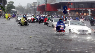Clip: Hà Nội mưa lớn dai dẳng, xe cộ 'rẽ sóng đi bơi' trên đường