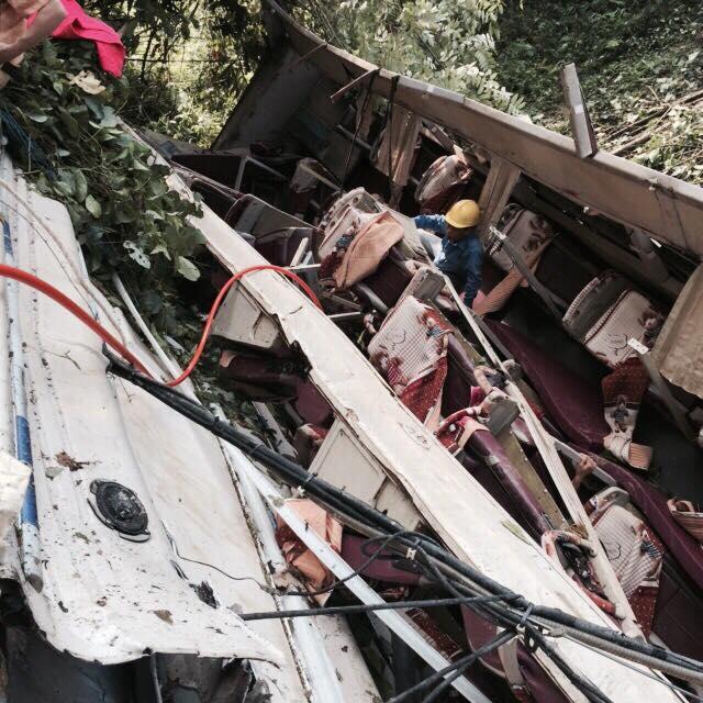 Chiếc xe khách bị rơi xuống vực sâu vỡ tan nát