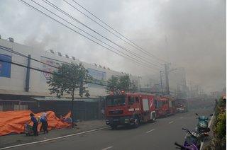 Hàng trăm người tháo chạy táo loạn khi đám cháy bùng lên sát siêu thị Coopmart