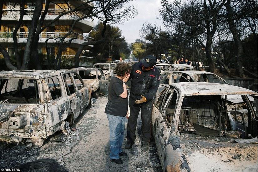 Cháy rừng như ngày tận thế, người dân Hy Lạp phải trốn xuống biển