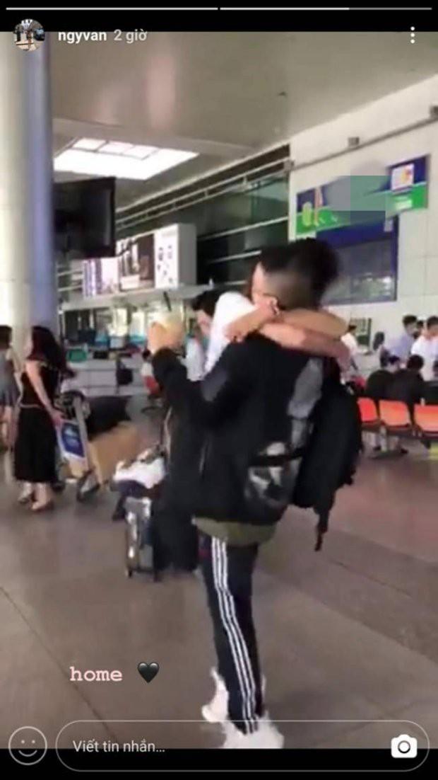 Bạn gái mới Huỳnh Anh hạnh phúc vỡ òa, ôm chầm người yêu tại sân bay