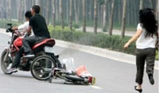 Cô gái trẻ liều mình tông xe 'hạ gục' 2 tên cướp ở Sài Gòn