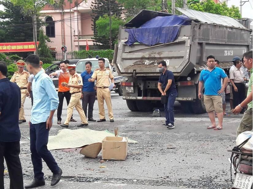 Hà Nội: Xe tải va chạm xe máy một phụ nữ tử vong