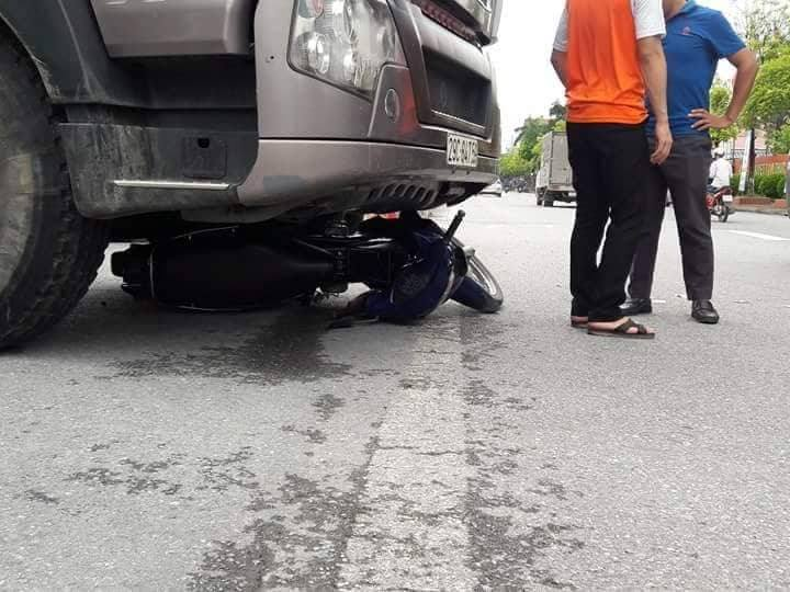 Hà Nội: Xe tải va chạm xe máy một phụ nữ tử vong 2