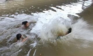 Nghệ An: Rủ nhau tắm khi chăn dê, 2 cháu nhỏ bị đuối nước thương tâm