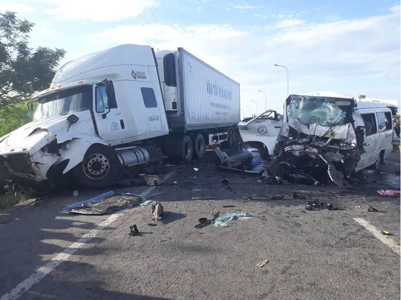 Xe rước dâu va chạm cực mạnh với container, 13 người chết