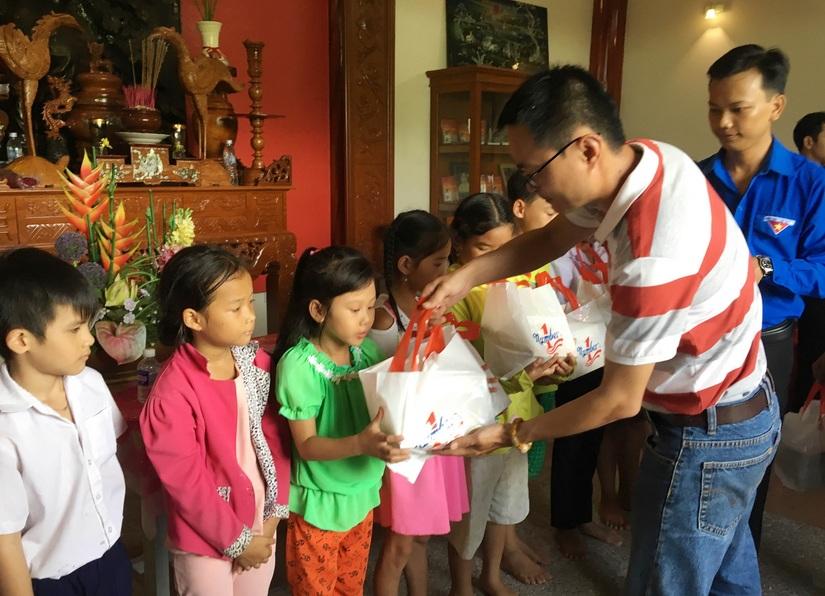 Tân Hiệp Phát trao học bổng cho học sinh khó khăn ở Tiền Giang3