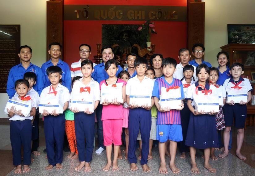 Tân Hiệp Phát trao học bổng cho học sinh khó khăn ở Tiền Giang