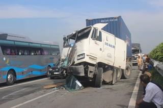 Container và xe tải tông liên hoàn, giao thông tắc nghẽn