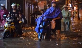 Clip: Mưa lớn đúng giờ tan tầm gây ngập lụt và tắc đường tại Hà Nội
