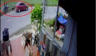 Clip: Ô tô 'điên' đi ngược chiều, tông xe máy bay xuống ruộng rồi phóng xe bỏ chạy