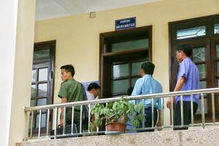 Lực lượng an ninh khám xét tại Sở GD-ĐT Hòa Bình