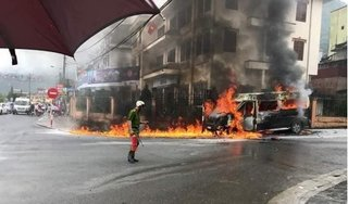 Lào Cai: Xe khách bốc cháy dữ dội khi đang đậu bên đường