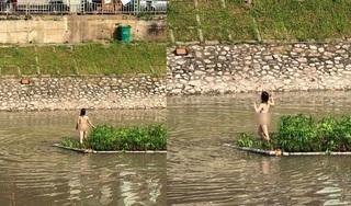 Xôn xao hình ảnh cô gái khỏa thân thản nhiên đứng giữa sông Tô Lịch
