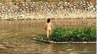 Thông tin bất ngờ vụ cô gái khỏa thân nhảy múa giữa sông Tô Lịch