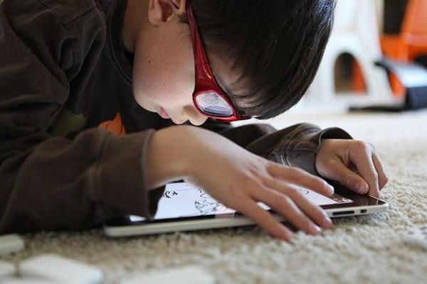 Bé trai 6 tuổi bị co giật không có cách chữa vì dùng điện thoại2