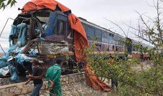 Tàu hỏa tông xe tải văng xa và vỡ nát, đường sắt tê liệt nhiều giờ