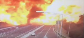 Clip: Xe bồn chở xăng gặp tai nạn nổ như bom, cao tốc chìm trong biển lửa