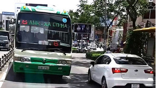 Xe buýt 'nghênh ngang' chạy ngược chiều giữa phố, người đi đường 'thót tim'