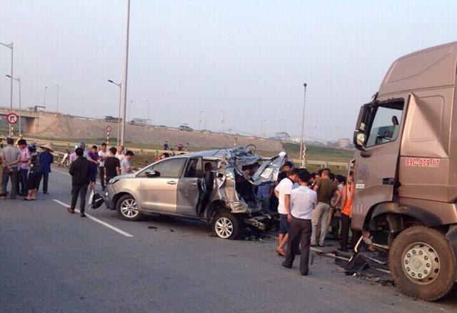Hiện trường vụ tai nạn xe innovalui xe trên cao tốc khiến xe container tông trúng
