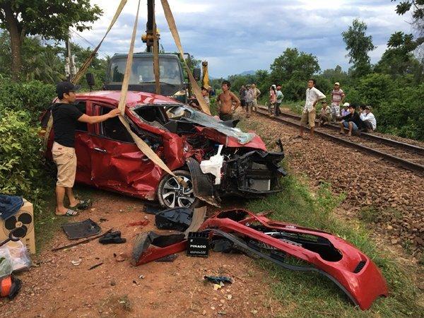 Tài xế lái ô tô cố băng qua đường ray bị tàu tông tử vong