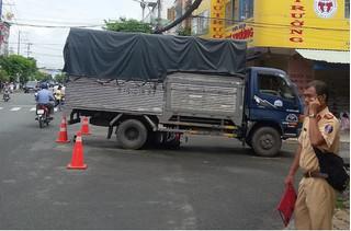 Xe máy bị cuốn vào gần xe tải, bé trai 6 tuổi tử vong thương tâm