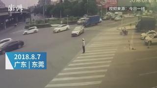 Clip: Ô tô 4 chỗ tông bay cảnh sát vì tài xế mải nghịch điện thoại