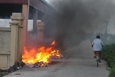 Bé trai 4 tuổi hoại tử tay chân vì sơ sảy ngã vào đống rác còn cháy