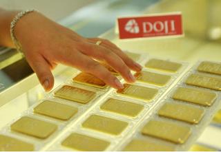 Giá vàng hôm nay 14/8: Vàng giảm mạnh, Đô la cao nhất năm