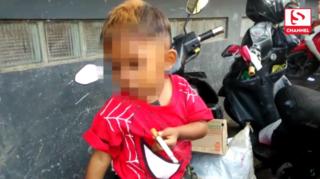 Bé trai 2 tuổi đã nghiện thuốc lá, mỗi ngày hút hết hai bao