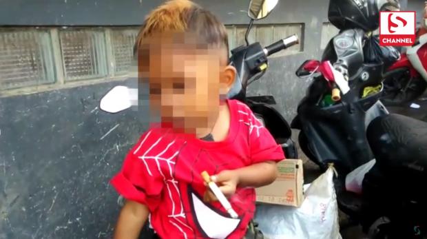 Bé trai 2 tuổi đã 'nghiện' thuốc lá, mỗi ngày hút hai bao