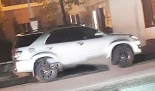 Táo tợn đập kính ô tô trước trụ sở UBND thị xã, trộm cắp tài sản