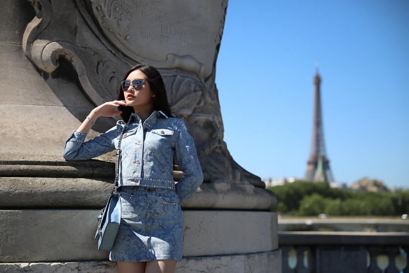 Lê Âu Ngân Anh khoe chân dài trên đường phố Paris